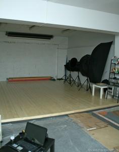 Фотостудия с рулонными фонами и осветительным оборудованием